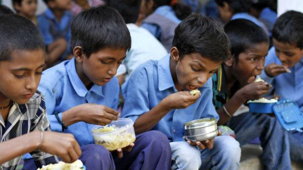 Indische Schulkinder erhalten eine Gratis-Mahlzeit.