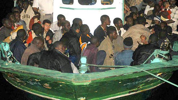 Mehr als hundert Flüchtlinge aus Afrika auf einem alten Fischerboot.