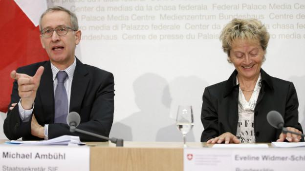 Bundesrätin Widmer-Schlumpf und Staatssekretär Michael Ambühl beim Vorstellen der Einigung