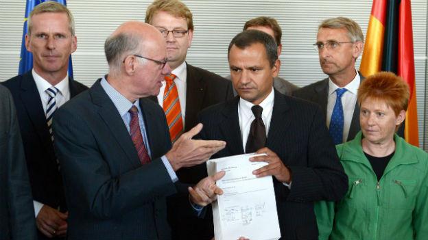 Der NSU-Ausschuss übergibt seinen Bericht.