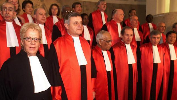 Der ehemalige Richter Wolfgang Schomburg am Jugoslawien Tribunal (hier neben Carla Del Ponte) im November 2001.