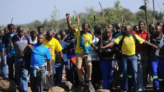 Südafrikanische Goldminenarbeiter im Streik.