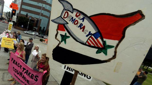 Menschen demonstrieren gegen einen möglichen Militärschlag der USA gegen Syrien.
