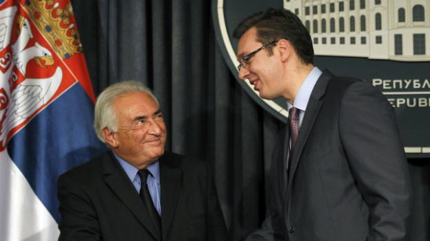 Ex IWF-Chef Dominique Strauss-Kahn (links) schüttelt Serbiens Vize-Premier Aleksandar Vucic die Hand.
