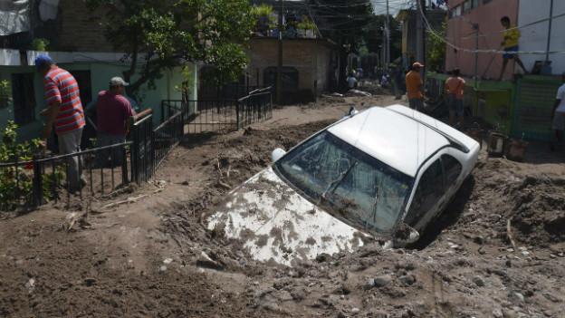 Folgen des Sturms: ein im Schlamm begrabenes Auto in Chilpancingo.