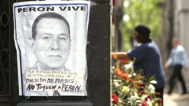 Ein Plakat über dem Grab von Juan Perón in Buenos Aires: «Perón lebt».