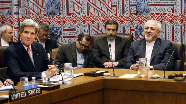 US-Aussenminister John Kerry und Irans Aussenminister Mohammad Jayad Zarif am selben Tisch