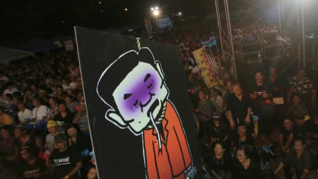 Regierungsgegner protestieren mit einem Poster des früheren Premiers Thaksin Shinawatra gegen das Amnestie-Gesetz