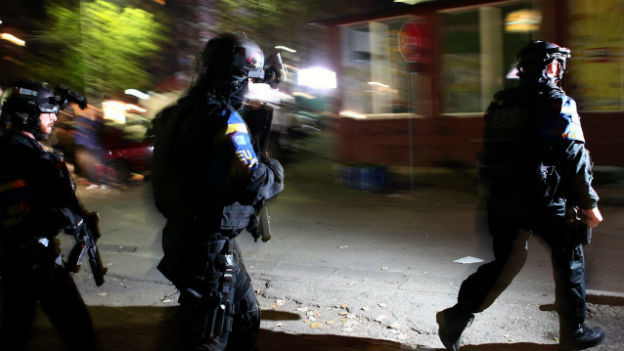 Polizisten der EULEX-Mission treffen beim verwüsteten Wahllokal in Mitrovica ein.