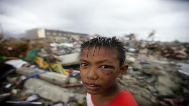 Ein Kind, das den Taifun überlebt hat.