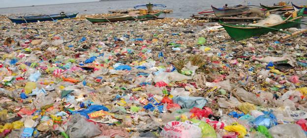 Berge von Abfall treiben im Meer.