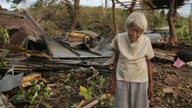 Haus in Trümmern: Frau auf der Insel Cebu.