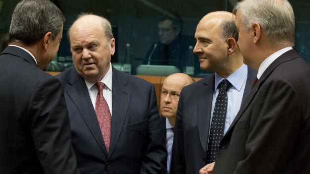 EZB-Chef Mario Draghi (ganz links), Irlands Finanzminister Michael Noonan, Frankreichs Finanzminister Pierre Moscovici und EU-Währungskommiar Olli Rehn am 14. November 2013 in Brüssel