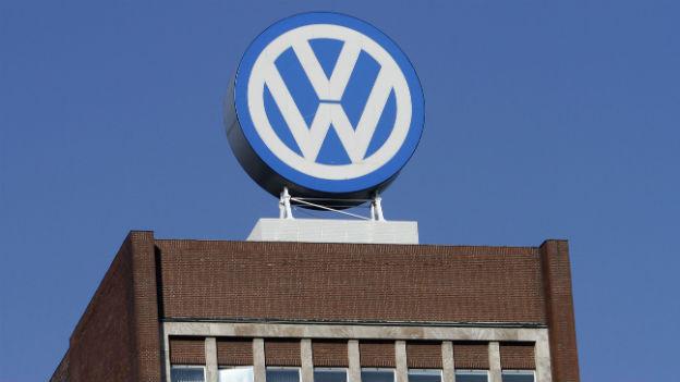 VW-Logo am Hauptsitz in Wolfsburg.