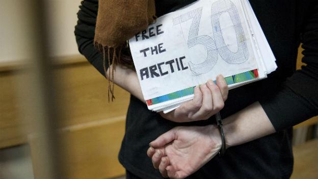 Vier Greenpeace-Aktivisten sind befreit von den Fesseln.