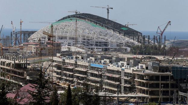 Blick auf die Baustelle des Olympiastadions, Teil des künftigen Olympiaparks für die Olympischen Winterspiele 2014 in Sotschi, Russland, am 23. August 2013.