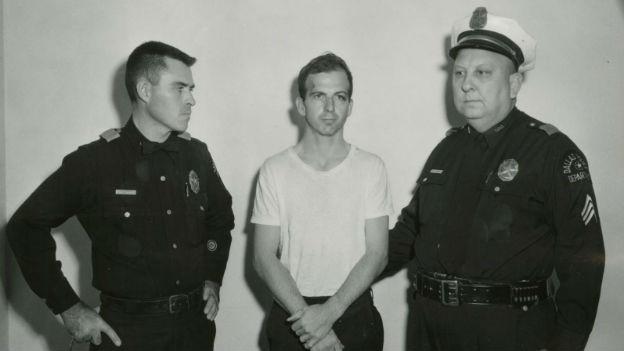 Lee Harvey Oswald (Mitte) bei seiner Verhaftung.