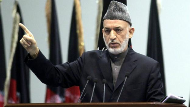 Hamid Karsai beim Auftritt vor der Ratsversammlung, der Loja Jirga.