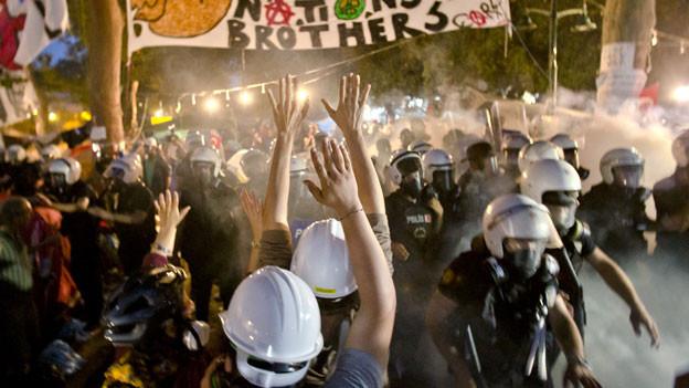 Demonstranten versuchen, dem Vormarsch der Bereitschaftspolizei im Gezi Park in Istanbul, am 15. Juni 2013, zu widerstehen. Die Polizei stürmte den Park, nachdem Demonstranten die Warnung von Ministerpräsident Erdogan ignoriert hatten.