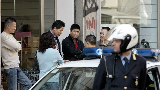 Polizeipatrouille im chinesischen Viertel in Mailand.