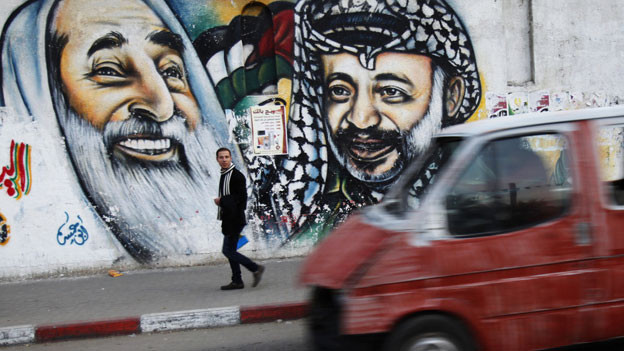 Blick auf ein Wandbild in Gaza-Stadt, das den verstorbenen Palästinenser-Führer Jassir Arafat (rechts) und den ebenfalls verschiedenen Hamas-Führer Ahmad Yassin zeigt am 1. Dezember 2013.