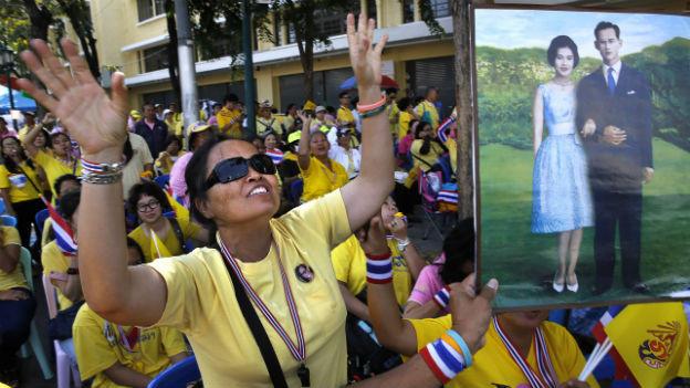 Menschen in Thailand feiern den Geburtstag des Königs.