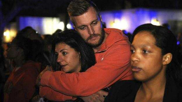 In der Nacht versammeln sich Menschen vor dem ehemaligen Wohnhaus von Mandela in Johannesburg.