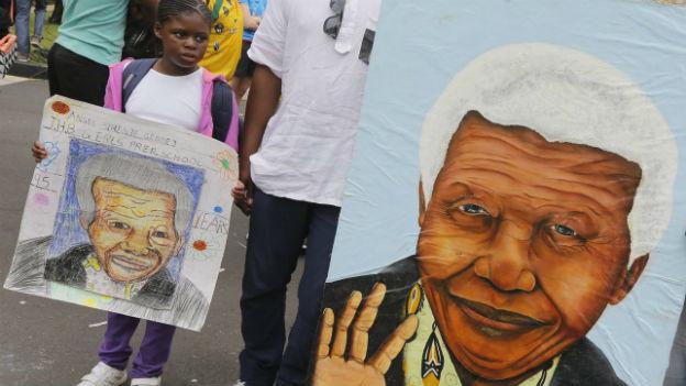 Menschen versameln sich vor Mandelas ehemaligem Wohnhaus in Johannesburg.