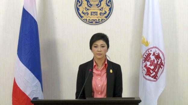 Yingluck Shinawat gibt dem Druck der Strasse nach.
