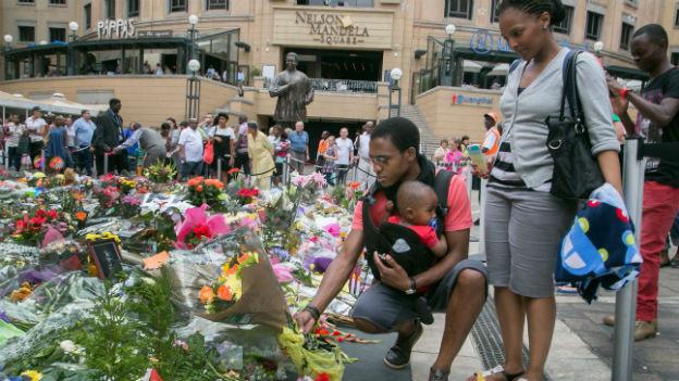 Südafrikaner legen Blumen nieder für verstorbenen Mandela