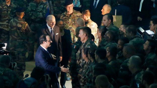 Der französische Präsident Hollande bei einem Truppenbesuch in Bangui.
