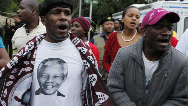 Ein Mann mit einem Mandela-T-Shirt am Tag nach dem Tod Freiheitshelden.