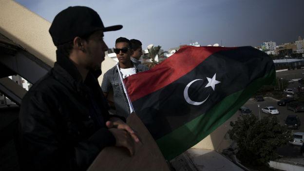 Ein Mann in Tripolis demonstriert am 22. November 2013 gegen bewaffnete Milizen.