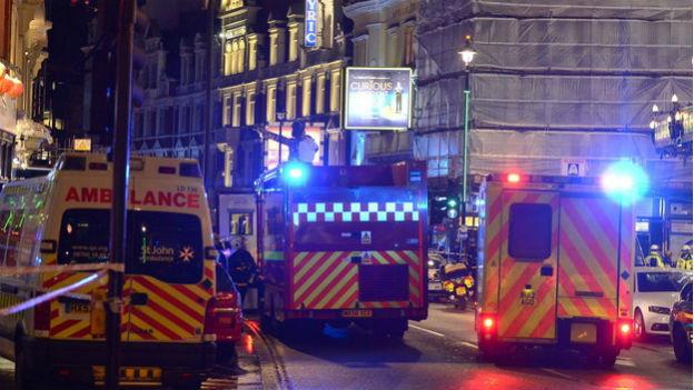 Rettungseinsatz vor dem Apollo-Theater im Londoner Westend. Dutzende Menschen wurden beim Deckeneinsturz verletzt.