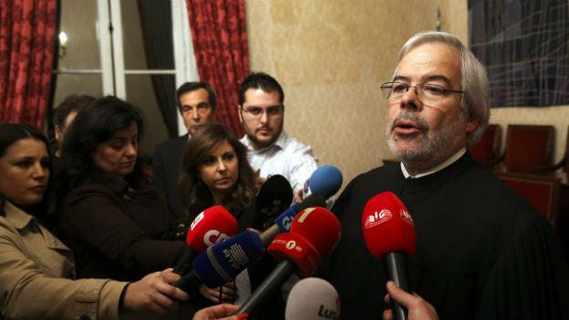 Joaquim Sosa Ribeiro, der Präsident des Verfassungsgerichts, erklärt das Urteil den Medien..
