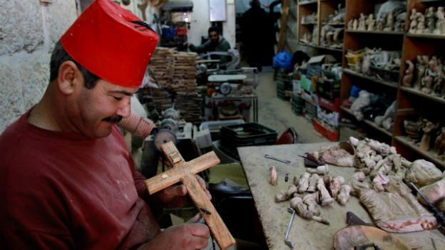 Ein Palästinenser arbeitet in seinem Souvenir-Shop in der Nähe der Geburtskirche in Betlehem.