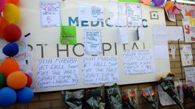 Gute Besserungs-Wünsche für Mandela vor dem Spital in Pretoria.