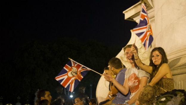 Hunderte sind Montag Abend vor den Buckinghampalace gepilgert.