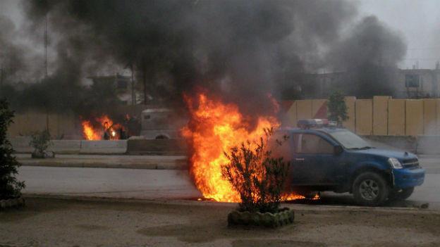 In Falludscha haben Aufständische mehrere Polizeifahrzeuge in Brand gesteckt.