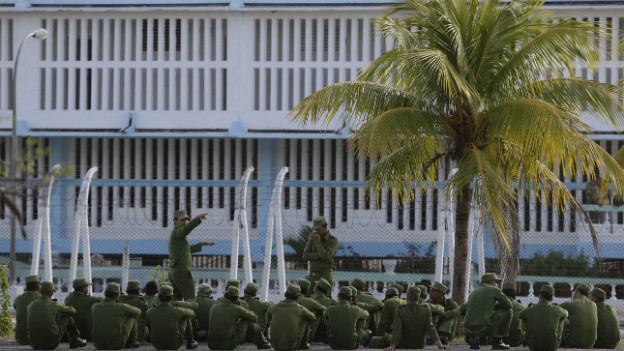 Ein vom Militär bewachtes Gefängnis in Havanna.
