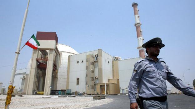 Sicherheitsbeamter vor dem Atomkraftwerk in Bushehr.