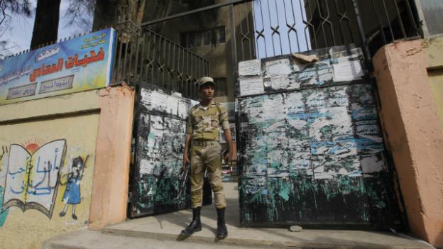 Ein Soldat bewacht ein Wahllokal in Kairo.
