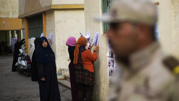 Ein Soldat sichert ein Wahllokal in Kairo.