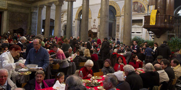 Die Krise frisst sich in den Alltag: Arme Menschen besuchen das traditionelle Weihnachtsessen in Santa Maria in der Trastevere-Kirche in Rom, die von der Gemeinschaft Sant'Egidio organisiert wird am 25. Dezember 2013.