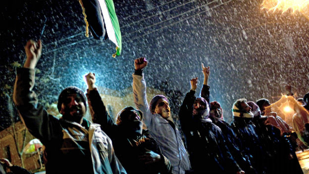 Anhänger der Freien Syrischen Armee skandieren Anti-Regierungsparolen.