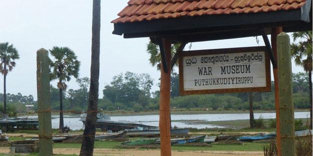 Hinweisschild des War Museum in Puthukkudiyiruppu