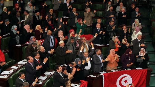 Tunesische Parlamentarier feiern die neue Verfassung.