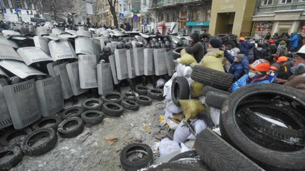 In Kiew stehen sich am 22. Januar 2014 Demonstranten und die Polizei gegenüber.
