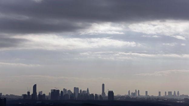 Dunkle Wolken über dem Geschäftsviertel Istanbuls am 25. Januar 2014.