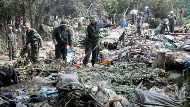 Marokkanische Polizisten räumen ein illegales Zeltlager von afrikanischen Migranten.